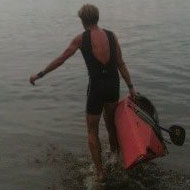 Achim Achilles schleppt sein Kajak zu Wasser