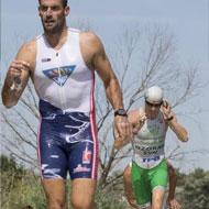 Albert Corominas und Miroslav Ozorák kommen als erste Verfolger vom Schwimmen